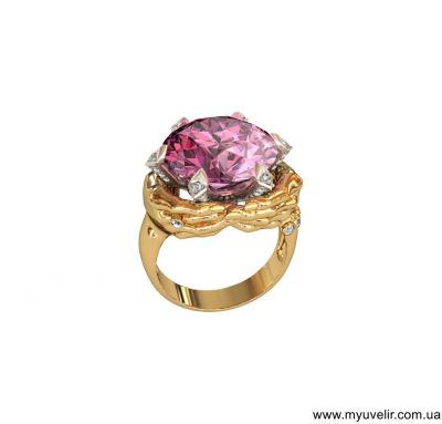 Кольцо камень в руках