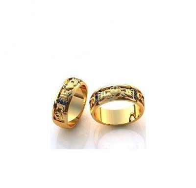 Обручальные кольца сердце в руках