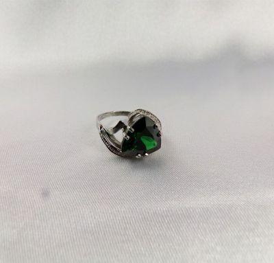 Женское кольцо с треугольным камнем