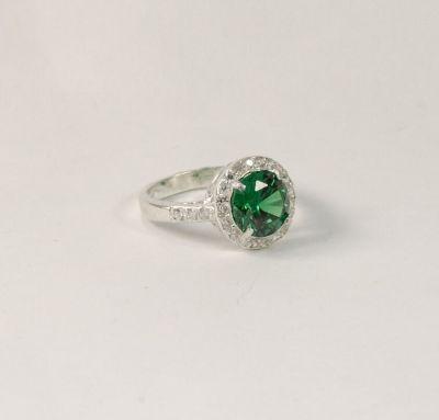 Кольцо в наличии с зеленым фианитом