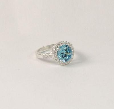 Кольцо в наличии с голубым фианитом